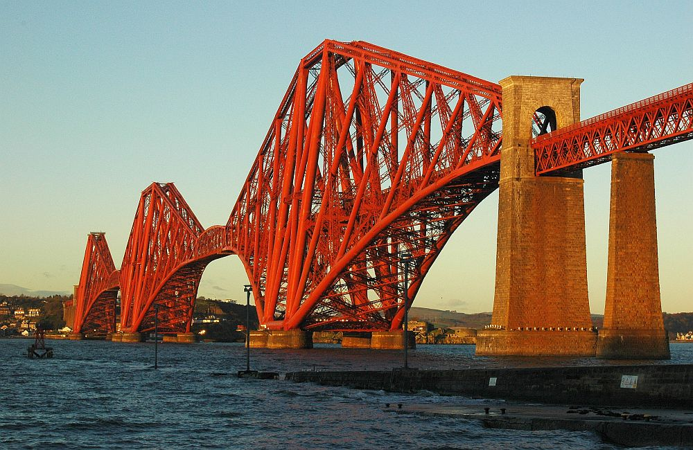 Die Forth Rail Bridge in South Queensferry bei Edinburgh gehört zu den schottischen Ikonen.